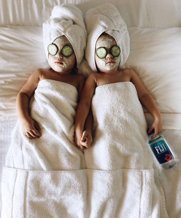 美双胞胎小姐妹模仿名人庆万圣节生日